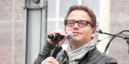 Artiesten helpen zingend bij Nederlandse les