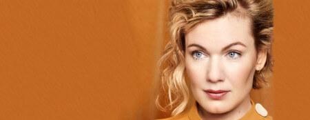 Actrice Marlijn Weerdenburg staat solo in het theater