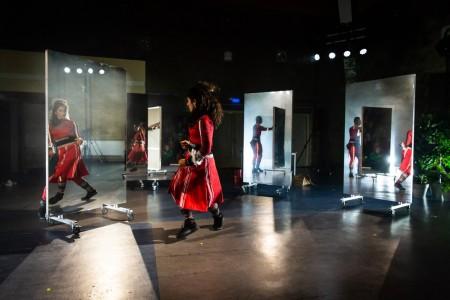 Theater aan Huis: Uniform (12+) van Maas theater en dans